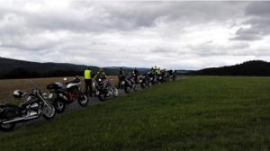 Ausfahrt ins Grüne. Parkende Motorräder auf einem Feld.