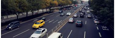 Viele Autos auf mehrspuriger Straße